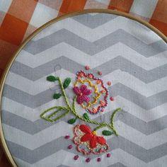 Bordado de hoje ♥. #arteterapia #linhaseagulhas #bordados #handmade #bordadosmarinamendonça #flores #feitoamao #embroidery #anchor #cores #chevron