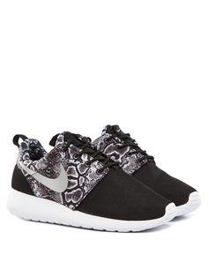 Die perfekten Sportschuhe für nahezu jeden Anlass! Viele verschiedene Nike Roshe One Modelle gibts im Trendfabrik Online Shop! € 89,90