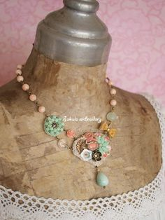 Sakula embroideryのアトリエ便り-サンゴとミントのネックレス2