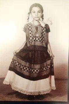 Mamá cuando era una pequeña niña de largo cabello en #juchitan #oaxaca #textiles #arte #fotografia #recuerdos #inspiracion