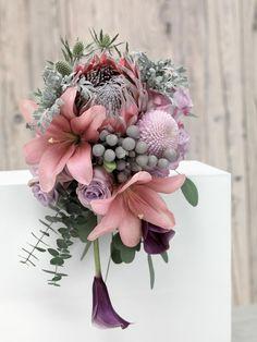 Roséfarbener Brautstrauß mit Protea, lilafarbenen Callas, Lilien und Silberblatt von weddingstyle.de