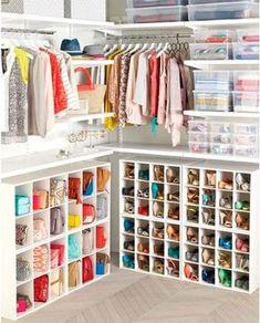 Estanterías con pequeños orificios para guardar bolsos y zapatos #almacenaje #casaspequeñas