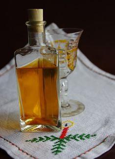 Nincs karácsony mézes pálinka nélkül. Még azoknak is kötelező egy pici kupica akik - mint én - kifejezetten nem szeretik a pálinkát. A nagy... Limoncello, My Recipes, Recipies, Cooking Recipes, Little Paris, Gourmet Gifts, Hungarian Recipes, Wine Decanter, Preserves
