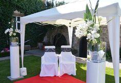 Mit #rotem #Teppich und #schön #geschmückten #Säulen mit #Orchideen und #Rosen fühlen wie eine #Königin bei der #Trauung im #Freien - #outdoor #wedding #weddingideas #weddinginspiration