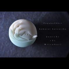 "一日一菓 「#富獄三十六景」 画 #葛飾北斎 #煉切 製  #wagashi of the day""Fugoku36kei"" #Hokusai Katsushika  本日は「富獄三十六景」です。 #北斎の名画を針切りにて表現しました。  Today is ""Fugoku36kei"". # A masterpiece of Hokusai was expressed by the needle cut.  Oggi è ""Fugoku36kei"". # Un capolavoro di Hokusai è stato espresso dal taglio ago.  Aujourd'hui est ""Fugoku36kei"". # Un chef-d'oeuvre de Hokusai a été exprimée par la coupe de l'aiguille.  今天是""富獄三十六景""。 #北斋的杰作是由针切表示。  #和菓子 #和菓子職人 #茶道 #菓道 #一日一菓 #sweets  #art #nerikiri #ネリキリ"