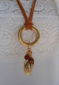 Colar de camurça na cor ocre alaranjado com argola dourada e pingentes de pena … Orange ocher suede necklace with golden ring and feather pendants and coffee brown, golden brown and yellow crystals. Scarf Jewelry, Fabric Jewelry, Wire Jewelry, Boho Jewelry, Jewelry Crafts, Beaded Jewelry, Jewelery, Jewelry Accessories, Jewelry Necklaces