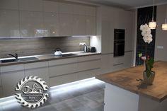 """Modern konyhabútor minimál stílusban, tükörfényű akril ajtófrontokkal, lábazati LED-világítással, konyhaszigettel. Felső szekrényeken """"push open""""-es ajtónyitás, alsó elemeken végigfutó szálfogantyú csillapítós vasalatokkal. Kitchen Dining, Kitchen Island, Kitchen Cabinets, Dining Room, Interior Design Kitchen, Home Decor, Kitchens, Island Kitchen, Kitchen Cupboards"""