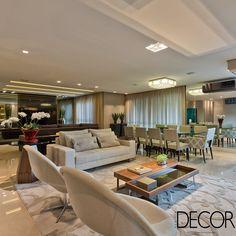 Décor de apartamento é composto por tons claros que harmonizam com estruturas em mármore e diversos espelhos dispostos nas acomodações do apartamento.