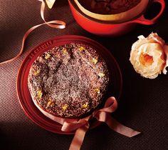 しっとりとした食感に芳ばしいくるみとオレンジリキュールの香りが効いた、 大切な人と食べたい贅沢なチョコレートケーキです。 材料[ココット・ロンド16cm使用…