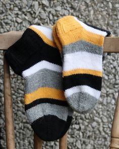 Sock Toys, Knitting Socks, Yarn Crafts, Handicraft, Mittens, Needlework, Knit Crochet, Gloves, Wool