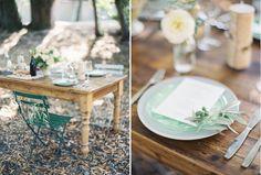 Association d'une table en bois et de chaises en métal.