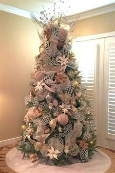 100 Festive Christmas Tree Ideas that'll make the Christmas Cheer even more Vibrant - Hike n Dip - - Thinking about Christmas Trees? Why not take a Look at this collection of festive Christmas tree ideas that will give you plenty of unique ideas. Rose Gold Christmas Tree, Rose Gold Christmas Decorations, Elegant Christmas Trees, Christmas Tree Themes, Noel Christmas, Christmas Tree Toppers, Christmas Tree Poinsettia, Champagne Christmas Tree, Cute Christmas Tree
