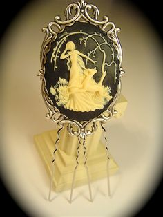 Cameo Hair pin - Pinning this because it did not occur to me to wear a cameo in my hair.