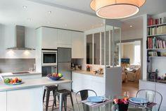 Malgr� les beaux volumes traversant de cet appartement parisien, la cuisine se trouvait coup�e de l'espace de vie par des cloisons : gr�ce � La D�corruptible, la voil� redevenue une pi�ce centrale communicant avec le salon.