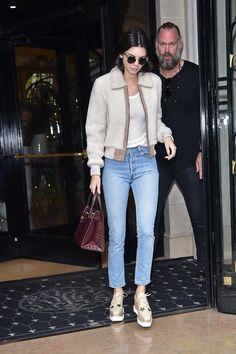 Kendall Jenner en jean Re/Done, chaussures Stella McCartney et sac Kurt Geiger à Paris en octobre 2015