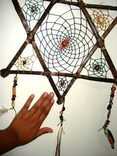 Apanhador de sonhos em formato de estrela de 6 pontas nas corres do preto, amarelo vermelho e verde Driftwood Crafts, Wire Crafts, God's Eye Craft, Diy Dream Catcher Tutorial, Hippie Crafts, Dream Catcher Art, Gods Eye, Indian Crafts, Feather Art