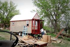 Tiny: After a decade of travel Christopher Smith approaches his 30th birthday and decides its time to plant some roots. He impulsively buys a five-acre plot of land in hopes of fulfilling a lifelong dream of building a home in the mountains of Colorado. With the support of his girlfriend Merete he sets out to build a Tiny House from scratch despite having no construction experience. From 1970 to 2010 the average size of a new house in America nearly doubled. Yet in recent years many are…