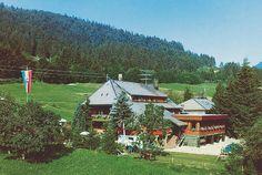 Romantisches Schwarzwaldhotel is een kleinschalig driesterrenhotel met een rustige ligging. Het hotel beschikt over een tuin en een sauna.    Het hotel bestaat uit een hoofdgebouw en een bijgebouw in rustieke landhuisstijl. De 16 kamers bevinden zich in het hotel zelf of in het zeer mooie bijgebouw op ca. 150 m.  Romantisches Schwarzwaldhaus aan de rand van het centrum van Todtmoos is omgeven door weidevelden, bossen en bergen. Officiële categorie ***