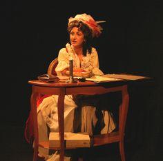 Olympe de Gouges : perruque avec anglaises, chapeau, robe renaissance simple, beige