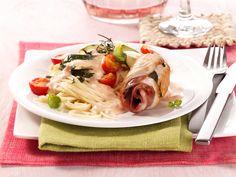 Putenröllchen mit Sahne-Spaghetti   Kalorien: 603 Kcal - Zeit: 45 Min.   http://eatsmarter.de/rezepte/putenroellchen-3