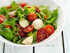 Kahden tomaatin Caprin salaatti - Reseptit