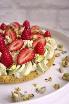 Tarte Fantastik composée d'une base de biscuit à la pistache, d'une crème mousseline à la pistache, de fraises fraîches et de pistaches sablées.