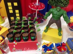 Brigadeiros de colher com mãozinhas do Hulk feito de biscuit
