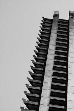 バービカンエステートは英国ブルータリズム建築の良い例でグレード2指定建築物でもある。 #写真  #イギリス  #美しいロンドン #建築物