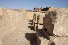 Templo De Seti I en Abidos , Abydos: restos de los pilares y pared del primer pórtico.   por Soloegipto
