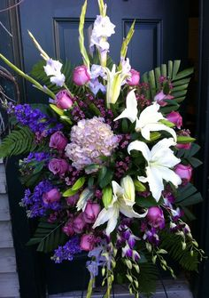 Funeral Flowers 19 As stated earlier, funerals are very costly. A funeral is a moment, when the very best condolence is via a suitable funeral attire. According to Jewish tradition Flowers For Mom, Church Flowers, Funeral Flowers, Beautiful Flowers, Wedding Flowers, Funeral Floral Arrangements, Church Flower Arrangements, Casket Flowers, Funeral Sprays