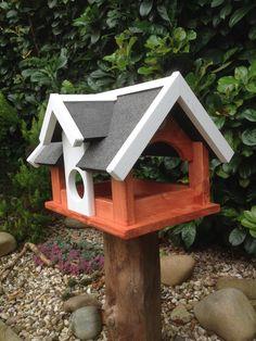 Vogelvilla Typ Landhaus,ein Vogelhaus in der Größe XXL. Sehr viel Platz für Futter. Dieses riesige Vogelhaus wird aus 18 mm Kiefernholz in liebevoller Handarbeit gefertigt. Ein echtes...