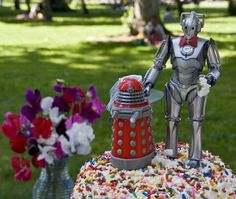 A Dalek and Cyberman atop a Doctor Who wedding cake!