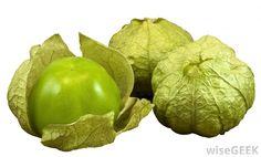 Es un tomatillo. Es una verdura en Centroámerica. Es verde, y es un primo de el tomate. Es usan en salsa verde y muchas otras salsas.