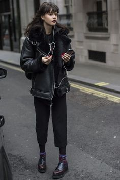 Winter Fashion: Little Ms. Maxwell Wore a Crop Top Around MFW Plus More Standout Street Style Winter Fashion Outfits, Ideas & Inspiration Model Street Style at Fashion Week Fall 2016 Model Street Style, Street Style Outfits, Looks Street Style, Mode Outfits, Fashion Outfits, Fashion Clothes, Black Outfits, Winter Outfits, Street Style Fashion 2018