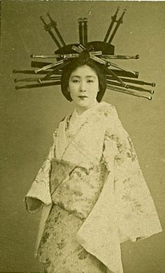 This photo says the woman is a japanese prostitute. I'd say that's right because of the many hairpins, but why is she wearing her obi in this unusual way? Is it tied in the back or in the front? Only prostitutes wear their obi's tied in the front. Japanese Geisha, Japanese Beauty, Japanese Kimono, Vintage Japanese, Photo Vintage, Vintage Photos, Old Pictures, Old Photos, Samurai