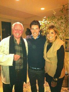""" ""Take a look at the very FIRST Ewing ""family photo"" from the night the cast met for the first time. Time sure flies!"" Josh Henderson Larry had changed so much in a few yrs. "" So many memories Spin, Josh Henderson, Patrick Duffy, Donna Mills, Dallas Tv Show, Larry Hagman, 80 Tv Shows, Linda Gray, I Dream Of Jeannie"