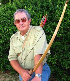 2. John Flanagon is de auteur/schrijver van dit boek en is geboren op 22 mei 1944 in Sydney. Hij begon met boeken schrijven omdat hij zijn zoon wou laten zien dat lezen ook leuk kon zijn. Ook staat John Flanagon er bekend dat een held niet altijd groot en sterk hoefde te zijn.