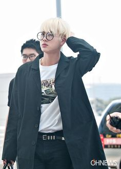 Jin ❤ at the airport en route to Paris for KCON!<<< Pls rest your neck and take it easy! ARMYS Love u oppa! Seokjin, Namjoon, Hoseok, Taehyung, Jimin, Bts Jin, Bts Airport, Airport Style, K Pop