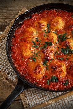 Mod de preparare Galuste de cartofi in sos de rosii: Galuste: Cartofii se spala foarte bine si se pun la fiert in apa cu sare. Cand sunt fierti se trec sub jet de apa rece si se curata de coaja. Se pun intr-un castron si se paseaza. Veggie Dishes, Vegetable Recipes, Vegetarian Recipes, Cooking Puns, Cooking Recipes, Potato Recipes, Baby Food Recipes, Breakfast Recipes, Dinner Recipes