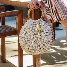 au crochet un sac au point pop corn Crochet Wallet, Crochet Clutch, Crochet Handbags, Crochet Purses, Lidia Crochet Tricot, Gilet Crochet, Crochet Buttons, Round Bag, Macrame Bag