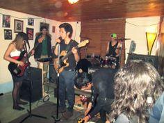 Santiago González - Vocalista, guitarra rítmica. Tatiana González - Bajista. Juan Manuel Montaña - Baterista. Michael Diaz - Guitarra solista.