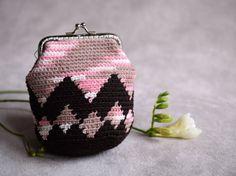 Portemonnee met geometrisch motief, haken portemonnee, klein zakje in bruin, beige en roze, chevron zak, kus lock portemonnee