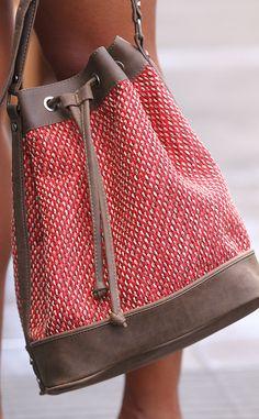 El bolso petate con detalles de cuero natural es de Zara.