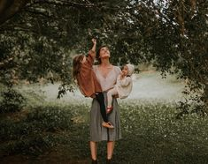 Mother and Children Outdoor Family Photos Family Goals, Family Love, Farm Family, Cute Kids, Cute Babies, Pretty Kids, Fulton Sheen, Into The Wild, Jolie Photo