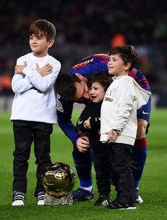 Lionel Messi Family, Family Photos, Couple Photos, Camp Nou, Fc Barcelona, Leo, Football, Poses, Children