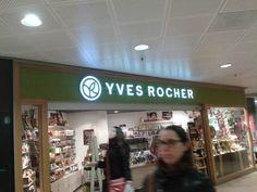 Yves rocher, natuurlijke producten. Dit is terug te zien in hun logo. Veel groen.