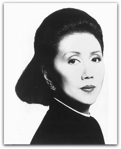 Japanese Fashion Designer Hanae Mori (森英恵),born on Jan 08, 1926 in Yoshika, Shimane and she a http://sergiozeiger.tumblr.com/post/107531692518/hanae-mori-mori-hanae-nascida-em-08-de  Ela é a única mulher japonesa ter apresentado suas coleções nas passarelas de Paris e Nova York, e a primeira mulher asiática a ser admitida como uma oficial de alta costura pela Fédération Française de la Couture na França.