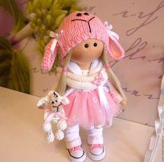 Купить или заказать Текстильная куколка-малышка Долли в интернет-магазине на Ярмарке Мастеров. Текстильная куколка-малышка Долли. Рост 28 см., стоит сама. Сшита из кукольного трикотажа, волосы- кукольные трессы. Одета в хлопковое платье с фатиновой юбочкой, трикотажные бриджики, гетры, стеганый жилет, вязаный шарф и шапочку. Любимая игрушка-овечка связана вручную.