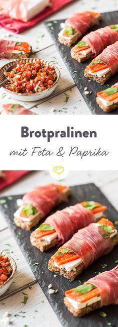 Brotpralinen sind alles andere als langweilig. Sie werden mit gegrillter Paprika, Feta und Petersilie belegt und mit Schwarzwälder Schinken umwickelt.