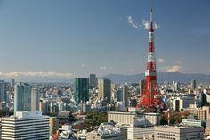 【東京魅力】東京鐵塔  東京鐵塔於1958年建成,正式名稱為日本電波塔,是位於日本東京港區芝公園的一座電波塔,其以巴黎艾菲爾鐵塔為範本而建造。  東京鐵塔由建築師內藤多仲與日建設計株式會社共同設計。高332.6米,較艾菲爾鐵塔的324米高出8.6米,較東京天空樹矮301.4米,比廣州塔矮267.4米,是世界第三高的自立式鐵塔。  燈光照明由世界著名照明設計師,石井乾子設計主持,照明時間為日落到午夜0點之間。燈光顏色隨季節變化,夏季為白色,春、秋、冬季為橙色。  塔在150米處設有大瞭望台,249.9米處設有特別瞭望台,可一覽東京都內景色,晴朗之日可遠眺富士山!